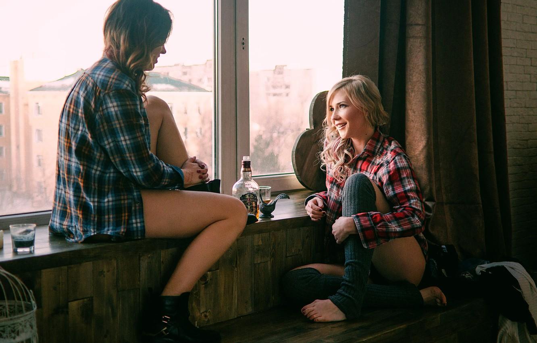 Фото обои алкоголь, две девушки, подруги, беседа, Friends
