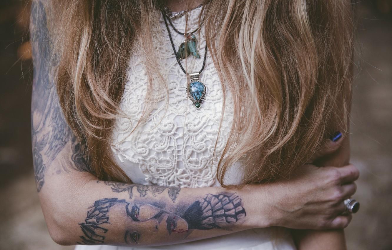 Фото обои девушка, волосы, тату, кулон, татуировка, локоны, подвеска
