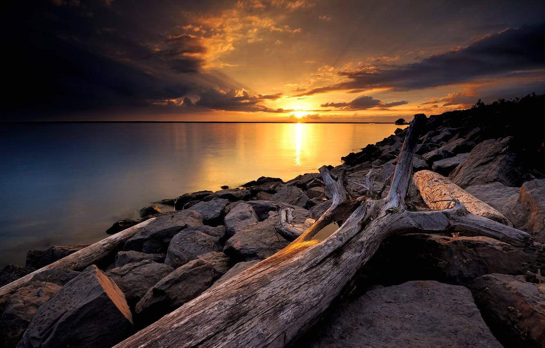 Фото обои небо, солнце, облака, закат, озеро, камни, дерево