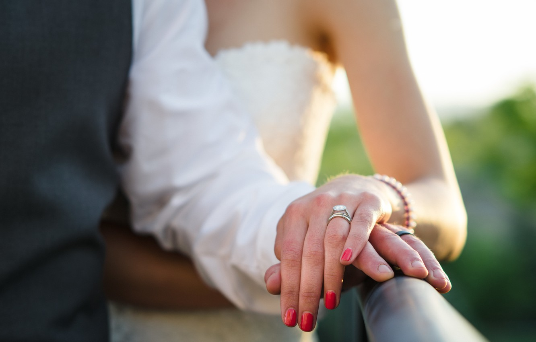 Фото обои руки, кольцо, невеста, свадьба, жених, маникюр