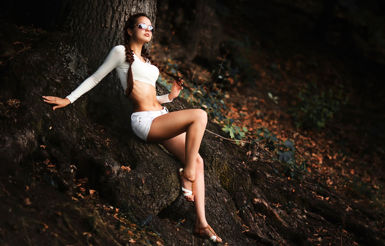 Фото обои корни, дерево, шорты, лесная нимфа