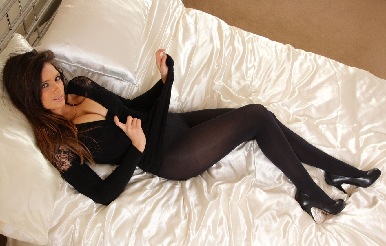 Фото обои взгляд, лицо, комната, тело, кровать, подушки, туфли, шатенка, британка, Louisa marie