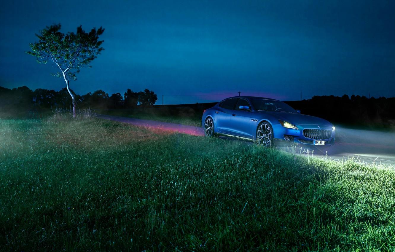 Фото обои трава, ночь, синий, фары, Maserati, Quattroporte, Novitec