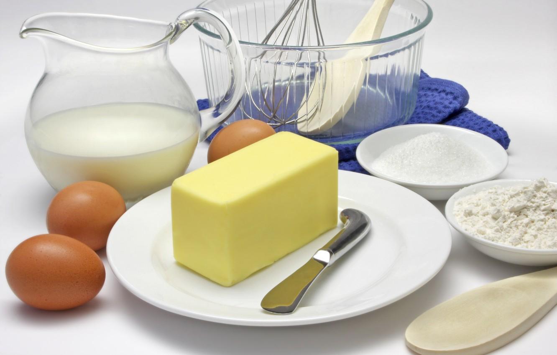 Фото обои масло, яйца, молоко, нож, тарелки, кувшин, мука, лопаточка, продукты