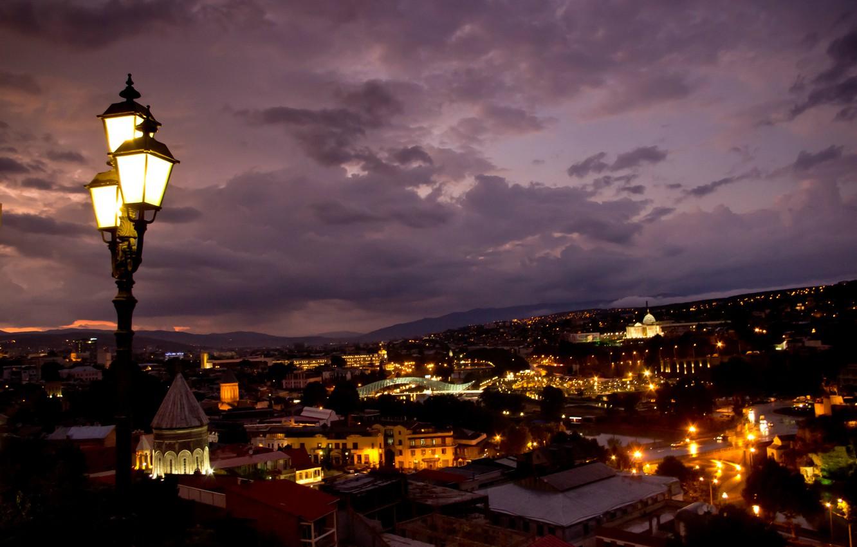Фото обои ночь, город, огни, здания, подсветка, фонари, панорама, архитектура, Грузия, столица, Тбилиси