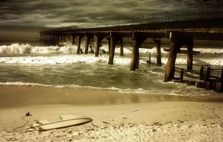Фото обои песок, море, гроза, волны, пляж, пустота, тучи, шторм, мост, сломан