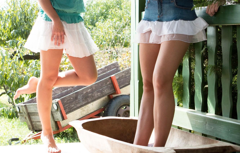 В короткой юбке ножки фотки