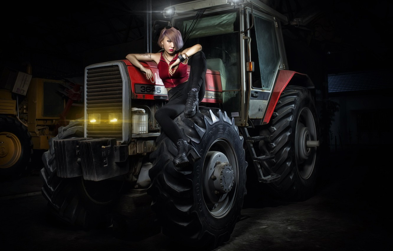 Девушки и трактор фото