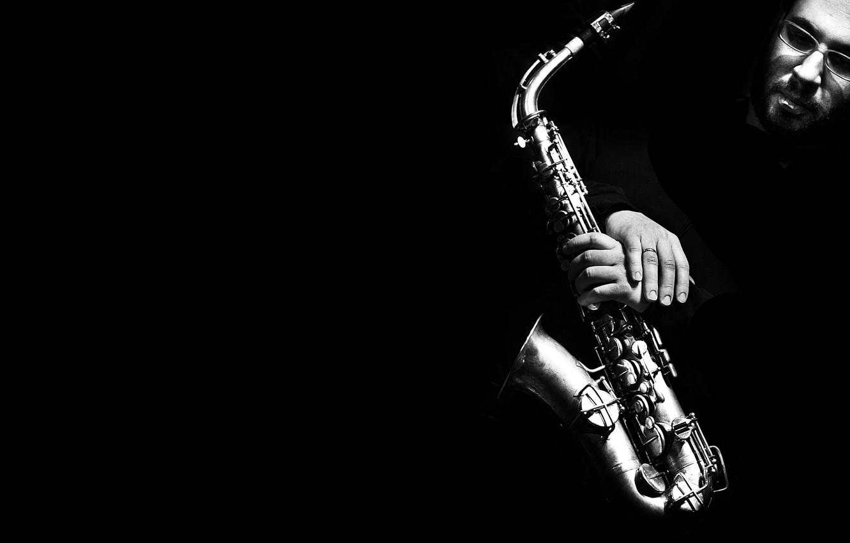 Фото обои лицо, ч/б, Саксофон, чёрный фон, музыкальный инструмент, чёрнобелое, Saxophone, мужчина.руки
