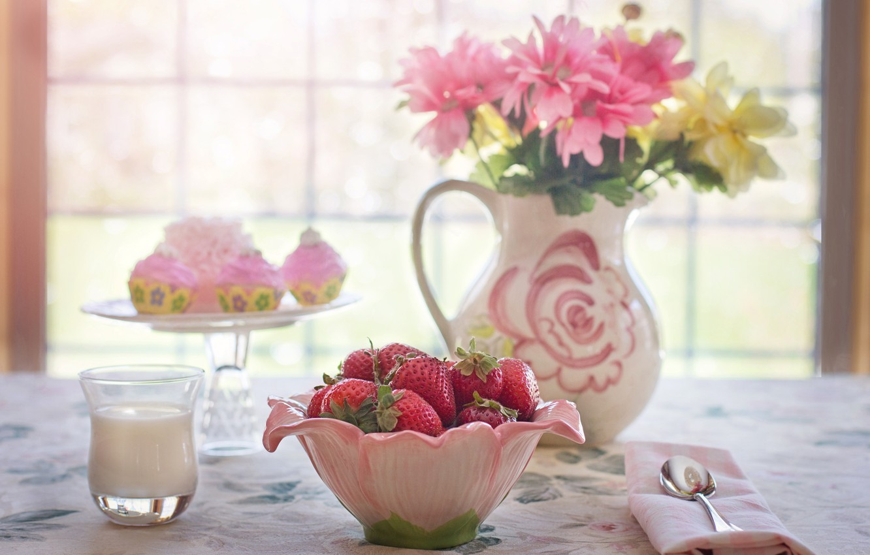 Фото обои цветы, стакан, ягоды, стол, молоко, окно, клубника, миска, кувшин, натюрморт, пирожные