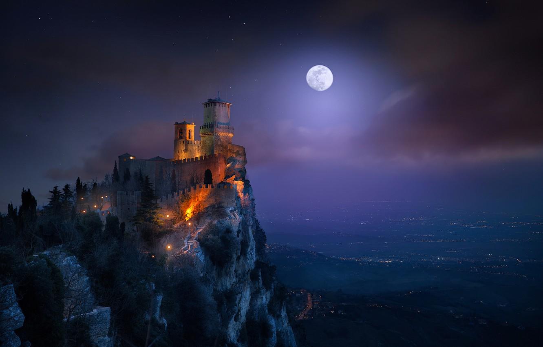 Фото обои свет, ночь, луна, башня, крепость, Сан-Марино, гора Монте-Титано, Гуаита