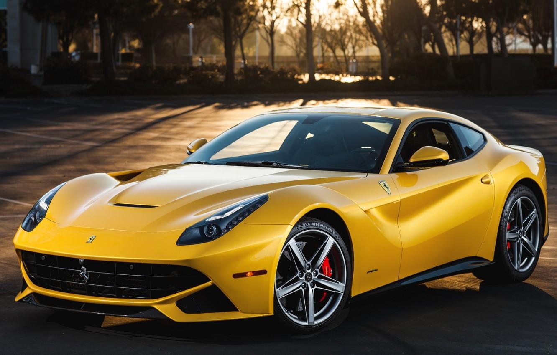 Фото обои деревья, закат, желтый, фон, Феррари, Ferrari, суперкар, передок, berlinetta, берлинета, Ф12, F12