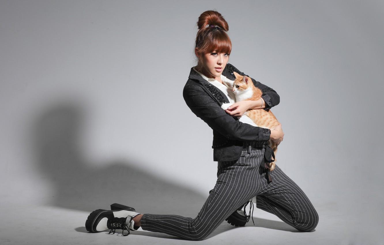 Фото обои кошка, кот, девушка, поза, модель, азиатка, брюки