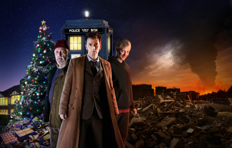Фото обои свалка, Doctor Who, Доктор Кто, тардис, полицейская будка, TARDIS, David Tennant, Дэвид Теннант, Джон Симм, ...