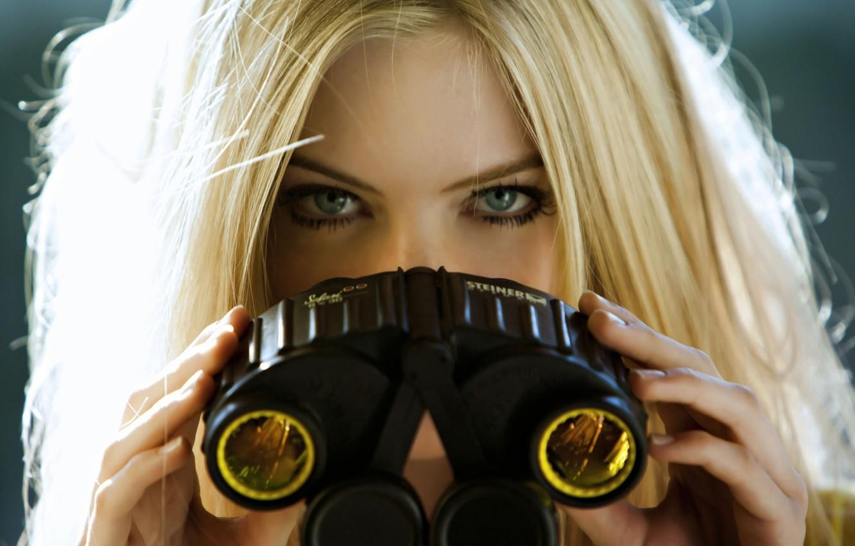 Фото обои глаза, взгляд, девушка, фон, блондинка, бинокль, красотка