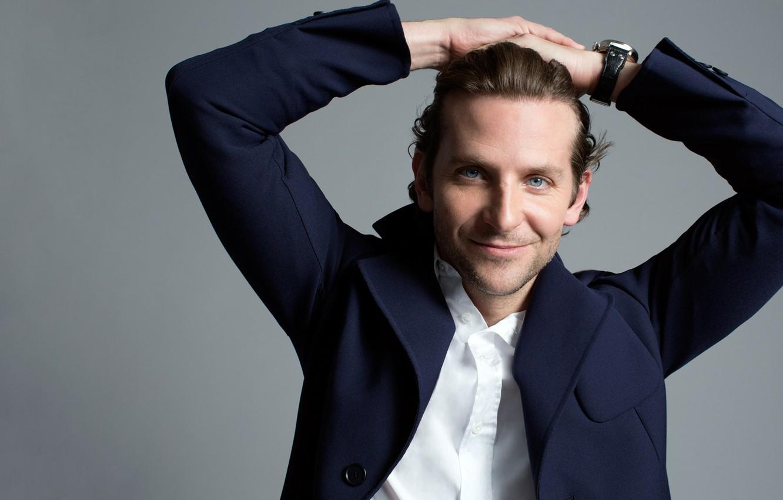 Фото обои улыбка, часы, актер, мужчина, рубашка, Брэдли Купер, серый фон, Bradley Cooper