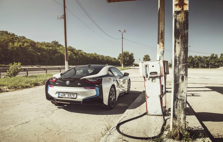 Фото обои дороги, тень, колеса, сзади, солнечный, линии электропередачи, BMW i8, бензонасос