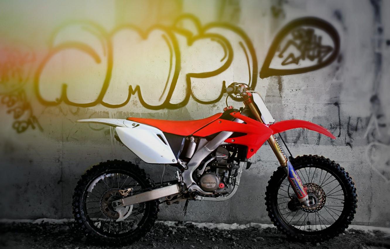 Фото обои белый, красный, стена, мотоцикл, графити