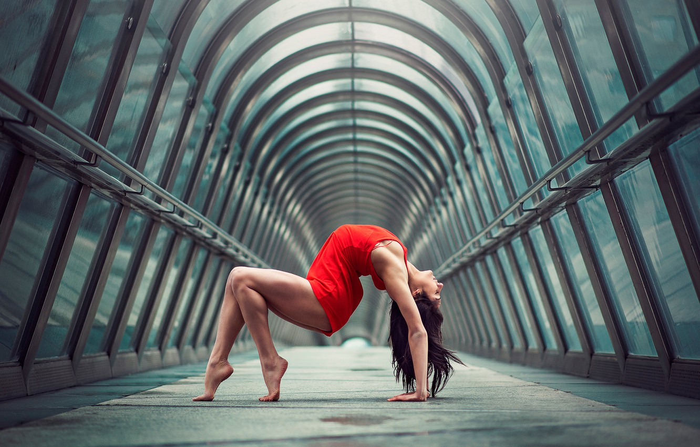 Фото обои девушка, город, фигура, изгиб, грация, ножки, в красном, гимнастка, Julie Marques