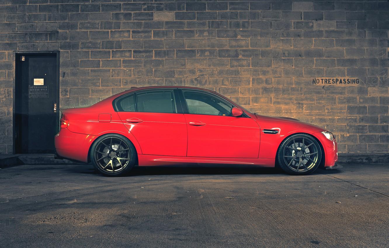 Фото обои красный, стена, bmw, бмв, профиль, red, wall, wheels, кирпичи, седан, диски, e90