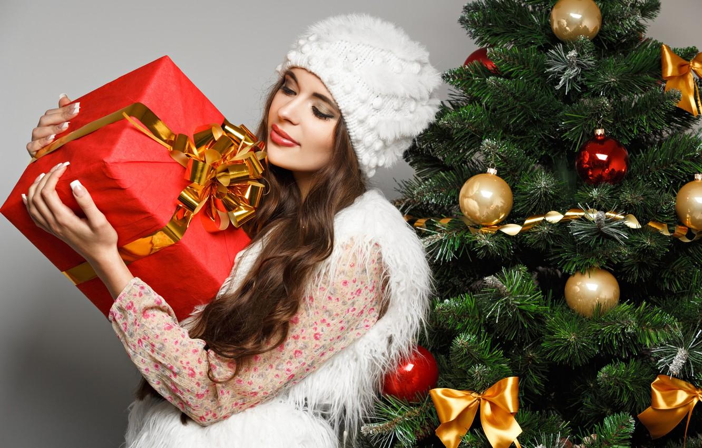 Фото обои девушка, шарики, коробка, подарок, шапка, игрушки, елка, ель, Новый Год, брюнетка, Рождество, белая, бант, Christmas, …