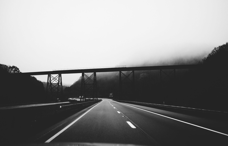 черно белая дорога с человеком картинки
