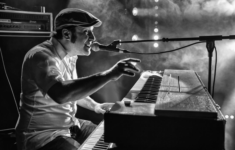 Фото обои музыка, дым, сцена, подсветка, микрофон, музыкант, певец, электрический орган