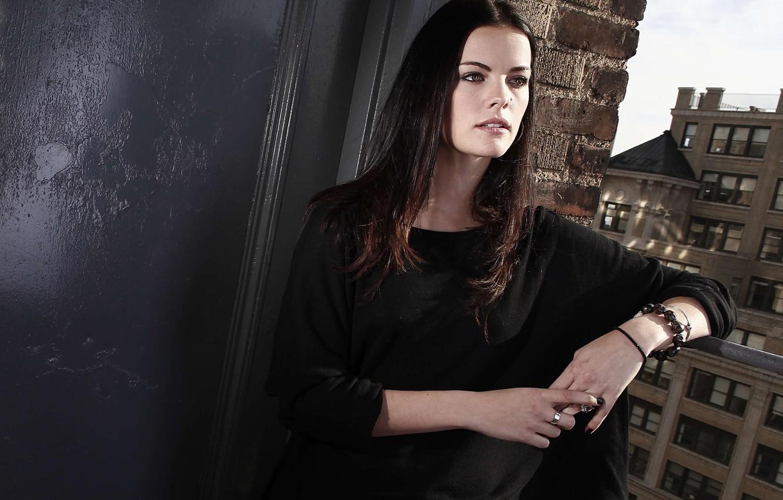 Фото обои модель, вид, актриса, брюнетка, окно, прическа, hair, cтена, Jaimie Alexander, Джейми Александр, Джейми Александер