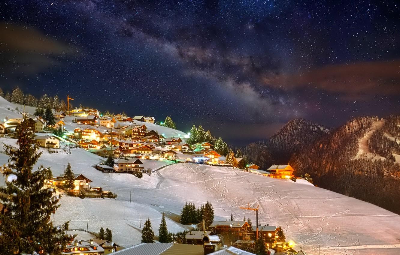 Фото обои зима, небо, звезды, снег, горы, ночь, огни, дома, городок, курорт