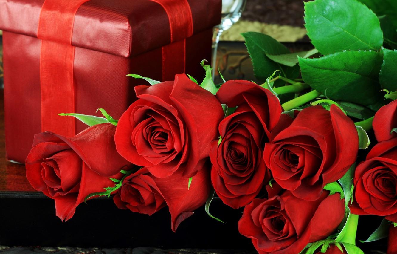 Фото обои листья, цветы, праздник, коробка, подарок, розы, лепестки, красные