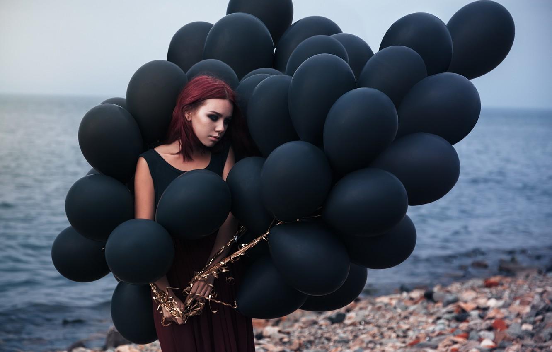 Фото обои грусть, море, пляж, девушка, шарики, макияж, наряд, камешки