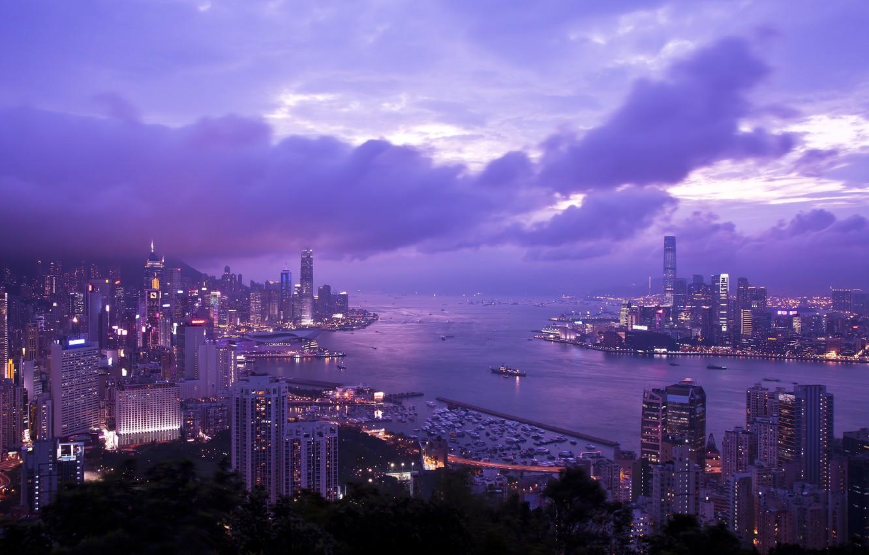 Фото обои небо, тучи, Гонконг, небоскребы, вечер, освещение, панорама, залив, Китай, сиреневое, Braemar Hill, Victoria Harbour