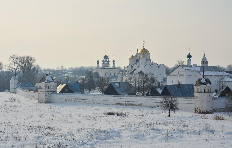 Фото обои зима, снег, деревья, пейзаж, стена, дома, утро, церковь, дымка, храм, монастырь, Суздаль
