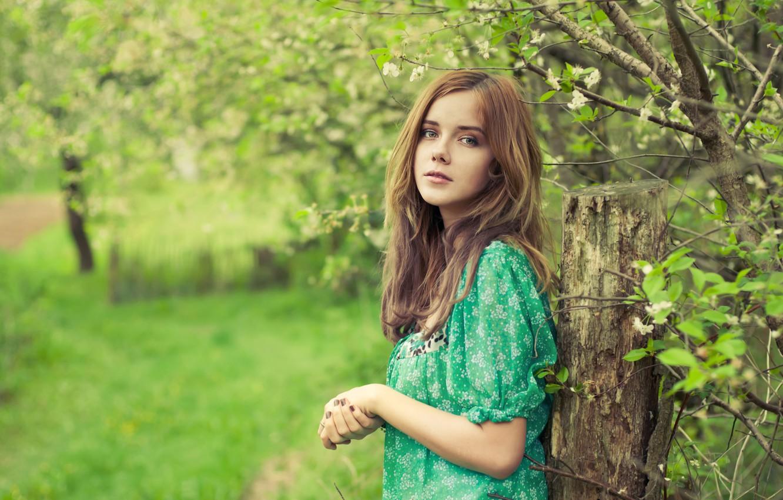 Фото обои девушка, сад, деревьья