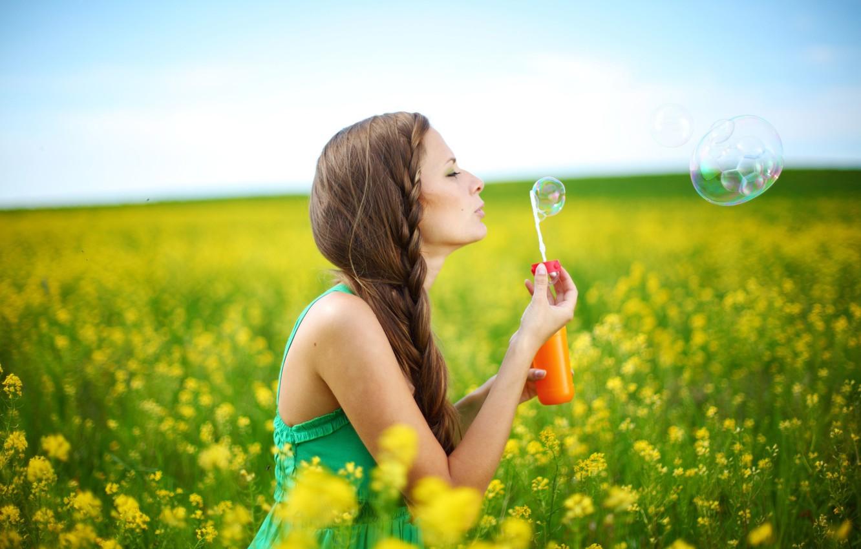 Фото обои лето, небо, свобода, листья, девушка, деревья, радость, счастье, цветы, желтый, природа, улыбка, фон, дерево, настроения, …