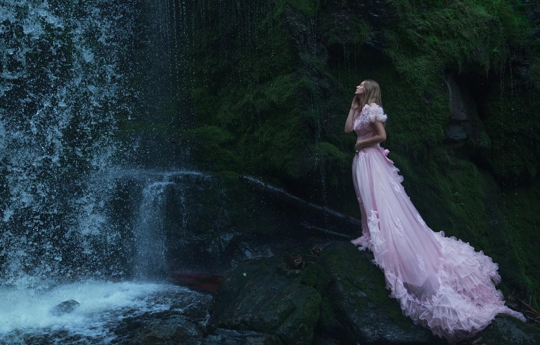 Девушка под водопадом гифка