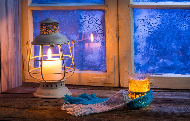 Фото обои зима, стакан, уют, отражение, тепло, узоры, лампа, свеча, размытость, ромашка, окно, фонарь, подоконник, winter, боке, ...