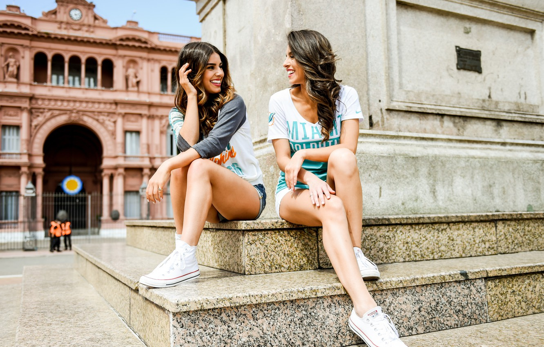 Фото обои лето, улыбка, девушки, смех, памятник