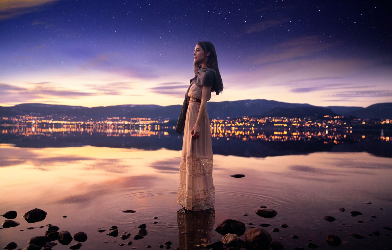 Фото обои небо, девушка, ночь, город, отражение, звёзды, Lichon, Lucy in the sky