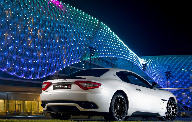 Фото обои ночь, здание, white, яркое, auto, Maserati GranTurismo S