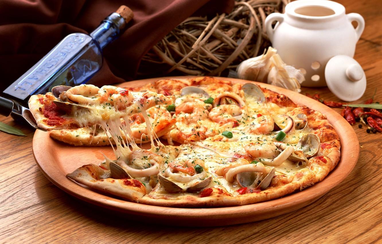 Фото обои бутылка, корзинка, пицца, pizza, блюдо, морепродукты, специи, мидии, кальмары
