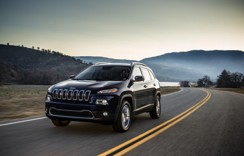 Фото обои дорога, деревья, разметка, холмы, автомобиль, Jeep Cherokee. внедорожник