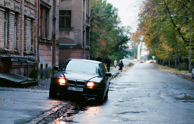 Фото обои город, улица, здания, дома, двор, бандиты, россия, бумер, семёрка, e38, бэха, bmw 740