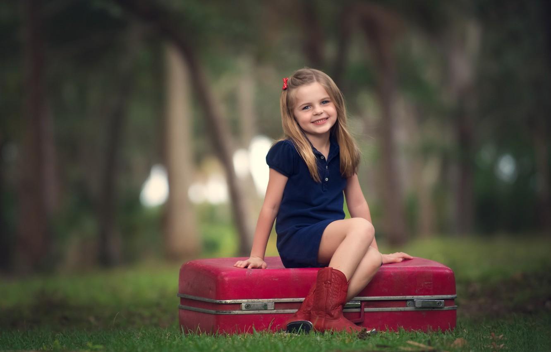 Фото обои лес, радость, улыбка, фон, настроение, widescreen, обои, ребенок, девочка, wallpaper, чемодан, girl, forest, smile, широкоформатные, …