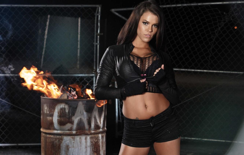 Фото обои пепел, огонь, модель, забор, шорты, брюнетка, тату, перчатки, бочка, косуха, Peta Jensen