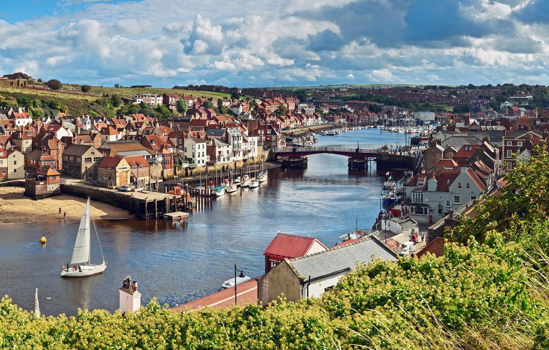 Фото обои небо, облака, деревья, пейзаж, мост, река, лодка, англия, дома, парус, England, North Yorkshire
