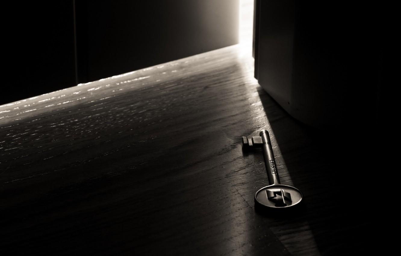 Фото обои свет, темнота, комната, дверь, макро ключ