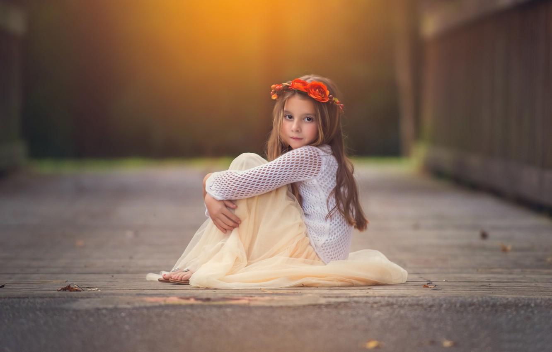 Фото обои взгляд, цветы, фон, widescreen, обои, ребенок, девочка, wallpaper, girl, сидит, венок, широкоформатные, flowers, background, child, …