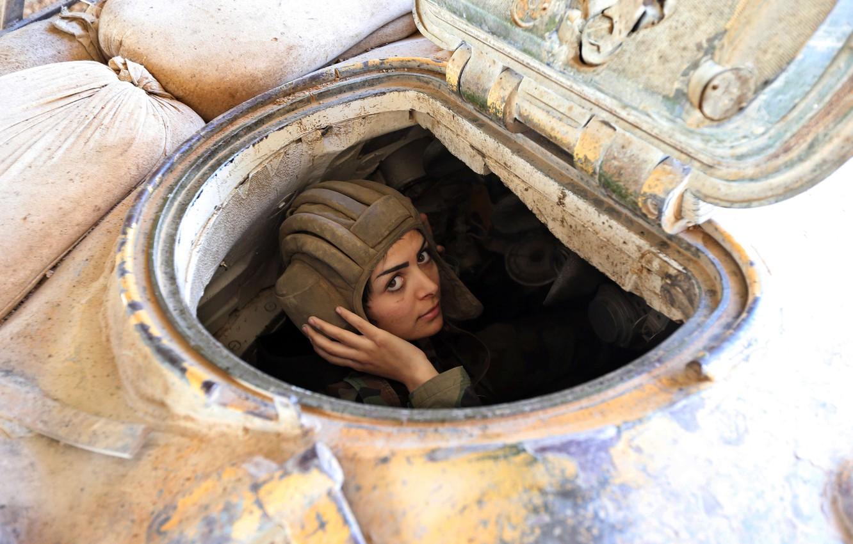 Фото обои взгляд, девушка, танк, люк, ссадина