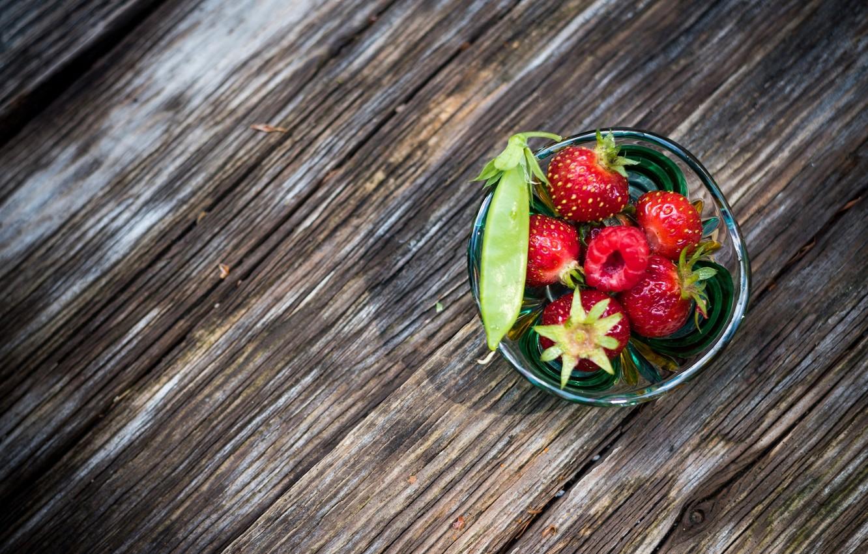 Фото обои макро, стакан, ягоды, малина, клубника, горох